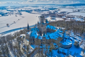 Luftbild Blick auf das winterlich verschneite Schloss Marienburg am 11.02.2021; Bildfreigabe ist erfolgt durch Pressesprecherin von Schloss Marienburg Annette Langhorst am 11.02.2021 Marienbergstraße in Pattensen / Nordstemmen / Niedersachsen / Deutschland am 11.02.21Ulrich Stamm Photography, HannoverPress - Business - Portraits - Events - Fairs- Editorial - Celebrity - Concerts - Aerial - Family - 360 Panoramic -Virtual ToursFoto ist honorarpflichtig - Persönlichkeitsrechte bei Veröffentlichung beachten - Nur redaktionelle Verwendung - Belegexemplar erbeten!KEINE TEILUNG ODER REPOST IN SOZIALEN MEDIEN OHNE LIZENZ UND SCHRIFTLICHE ERLAUBNIS!Photo is subject to fees-Observe personal rights when publishing - Only editorial use in the context of press and public relations - Copy requested!NO SHARING OR REPOST IN SOCIAL MEDIA WITHOUT LICENSE AND WRITTEN PERMISSION !Contact:  info@ulrich-stamm.com